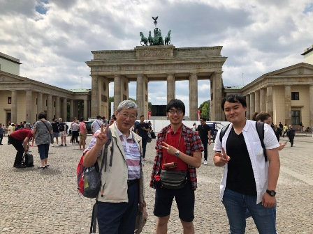 Berlin/At Brandenburger Tor.jpg